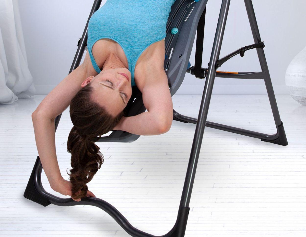 Femme détendue en inversion